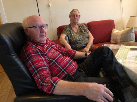 MISTENKELIG: Åge og Synnøve Bjerke synes det er mistenkelig at de måtte betale for en koronatest som følge av smittesporing. Det viser seg nå at dette var en feilsendt faktura, og at 40 testede har fått den.