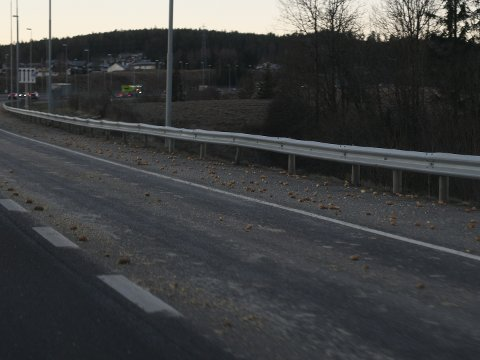 POTETER: Vegtrafikksentralen advarer bilister om glatt veibane etter at en lastebil mistet et lass med poteter.