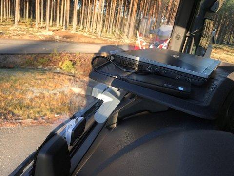 PC OMBORD: Dette kan du ikke holde på med mens du kjører. Det reduserer sikten.