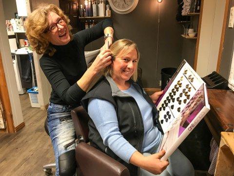 NYE PLANER: Pandemien er inne i sin andre bølge, og det er merkes godt for frisør Erna Blix. Nå henter hun fram gamle kunster, og det er Kristin Myrvang glad for.