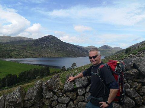 TURISTGUIDE: Gudmund Krogsrud fra Nord-Odal arrangerer turer i både Nord-Norge og på den irske øya for Hiking Viking. Her på tur i Mournes i Nord-Irland.