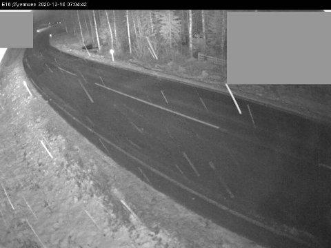 Slik ser det ut på E16 ved Øyermoen torsdag morgen.