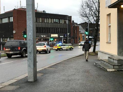 FIKK OPPMERKSOMHET: Politibil med sirene og blålys fikk bilistene til å stoppe lydig i lyskrysset ved gamlebrua fredag formiddag.