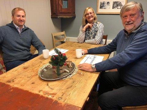 POTETKAFÉ: Tone Hanssen i Ny Vekst og Kompetanse AS ønsker å starte potetkafé når Norsk Landbruksrådgiving etablerer seg i Grue etter nyttår. Hun vil ha med seg bøndene på en idédugnad. Næringssjef Haakon Gjems (til venstre) og Kjetil Damme, leder for samfunn og næring, har tro på ideen. Det er nå delt ut over 1,5 millioner til næringslivet i kommunen.