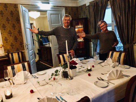 """Festningsforvalter Jonny Fjeld og hotelldirektør Monica Grønvoll har dekket bordet, og håper at politikere - både lokale og """"våre"""" på Stortinget - tar imot invitasjonen og forhåpentligvis finner ut at det bør bevilges penger til utvidelse av hotell og tilrettelegging i Arsenalet."""