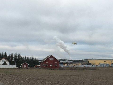 LUFTAMBULANSE: En luftambulanse tar av fra Bergene Holm på Brandval. Klokka 14 bekreftet politiet at en mann i 20-årene omkom i arbeidsulykken. Foto: Leserbilde