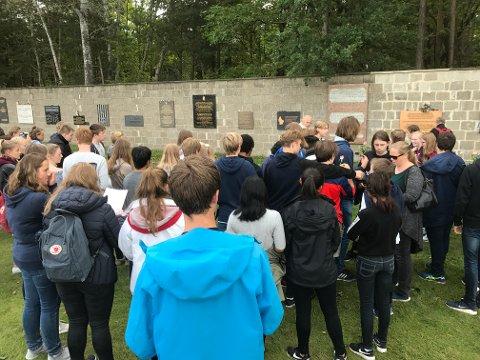 VIL BEHOLDE: – Vi vil ikke kutte Berlin-turene og vil ha posten inn i budsjettet, sier Elin Såheim Bjørkli i Kongsvinger Arbeiderparti. Hun håper at posisjonspartiene snur. Dette bildet er tatt av tidligere Tråstad-elever i konsentrasjonsleiren Sachsenhausen utenfor Berlin.