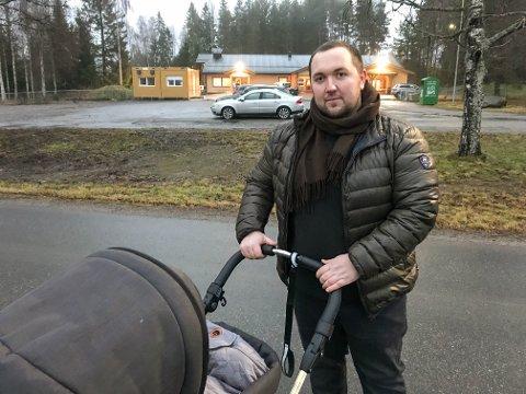 MENER PLASSERINGEN ER FEIL: Nabo Marius Breiby ble klar over forslaget forrige uke, og har kun rukket å besøke en liten del av boligfeltet. Likevel har han over 100 underskrifter.