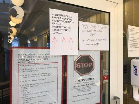 STENGT: Oppe til høyre på døra til legesenteret henger det en lapp om at det er stengt på grunn av covid-19-smitte.