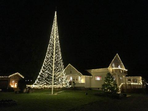 BLIR LAGT MERKE TIL: Siv-Anita Jansdatter og Erik Bunes utvider julelys-planene hvert år.