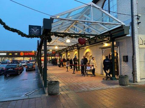 Slik så det ut ved Vinmonopolet i Kongsvinger fredag ettermiddag.