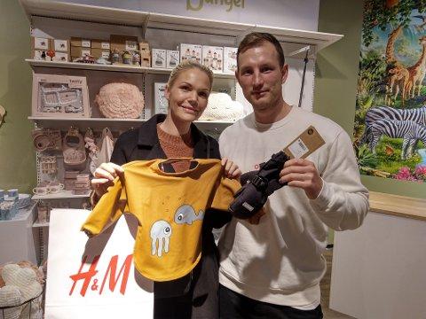 FORNØYDE: Marlen Nilsen og Stian Olsen kjøpte barneklær på åpningsdagen.