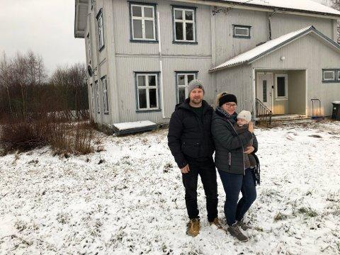 NYTT LIV: Gamle Baanerud skole på Brandval blir et herskapelig hus når Geir Ove og Linda Gullikstad, her med sønnen Birk på tre måneder, flytter inn til sommeren. Etter nyttår startet snekkerne med omgjøringen nå godkjenningen fra kommunen er i orden.