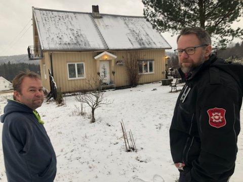TAKK!: Tre dager etter brannen kunne Bent Arild Tangen (t.v.) takke Glåmdal brannvesen og Per Harald Bekken for den raske responsen som kan ha berget det 100 år gamle huset. FOTO: SIGMUND FOSSEN