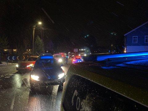 Politiet stopper biler i området.
