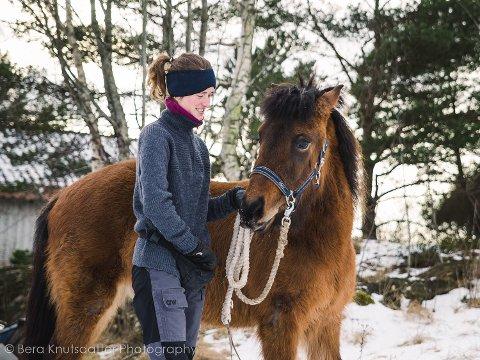 FUNNET: Den fem år gamle islandshesten Rjúpa har blitt gjenforenet med sin eier Marie Hammrsvold etter tre dager i skogen.