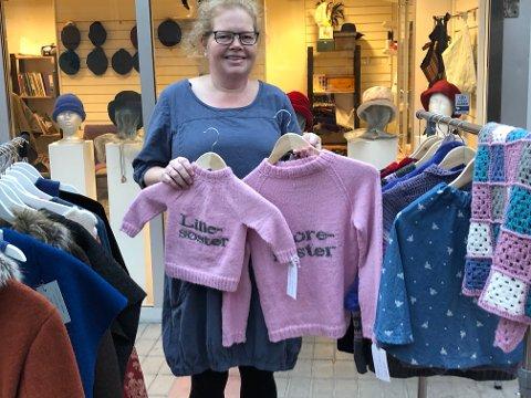 Hege Kjellstrøm og Torunn Arnesen har åpnet Kreativt verksted i Gågata. Her er Hege med eksempler på gensere og andre ting hun strikker.