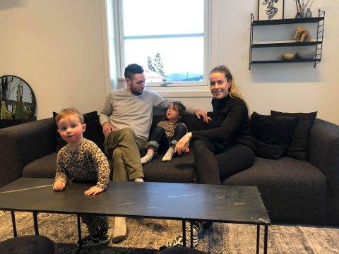 PÅ PLASS I NYTT HUS: Stian, Ella (4), Mari og Hector (snart 2) er endelig på plass i nytt hus.