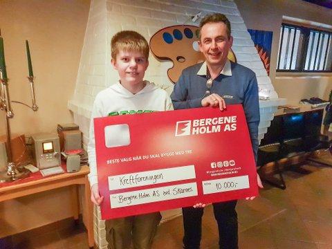GAVE: Andreas Arnesen tok imot pengegaven på vegne av de unge deltakerne på Treffpunkt. Jan Velinov, fabrikksjef ved Skarnes-avdeingen til Bergene Holm AS, delte ut sjekken.