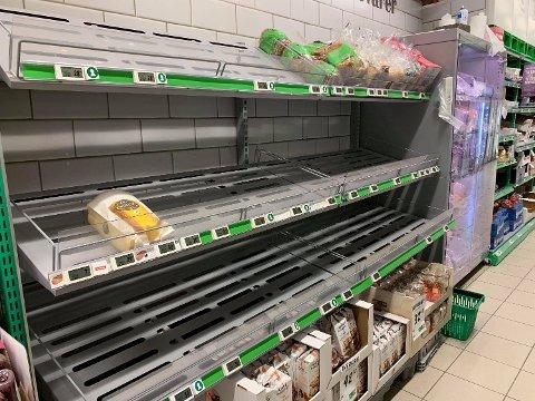 HAMSTRING: På en Kiwi i Trøndelag er brødhyllene tomme allerede på formiddagen.  Foto: Privat