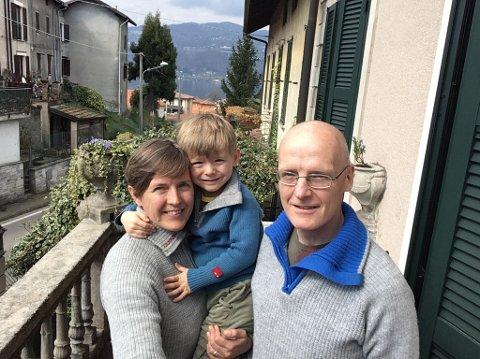 Rolf Bakken med samboer Marzia Santini og sønnen Martin Santini-Bakken på balkongen i boligen i Ranco, få mil fra Milano og midt i koronaland.