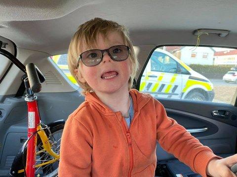HVERDAGSDRAMA: Herman Persson Sandnes (6) har nettopp blitt hentet av mamma etter å ha tilbragt tid i politibilen. Hvorfor kan du lese om i denne saken.