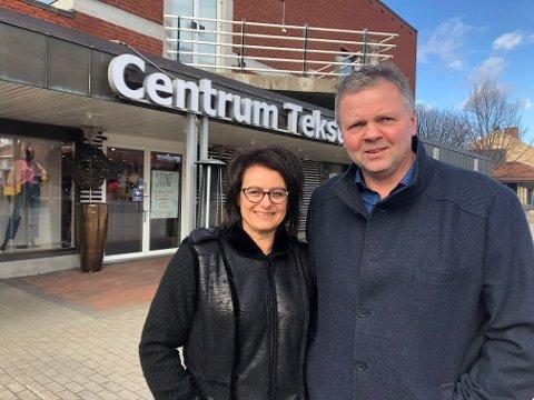 SELVSTENDIGE: Ekteparet Marie og Jan Frode Rønning er i samme båt. Begge har stengt egen bedrift. Likevel ønsker de å være positive og unngå for mye negativt fokus som bidrar til unødig bekymring i befolkningen.