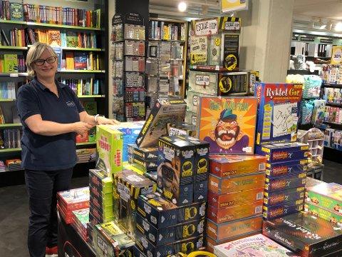Hilde Røe hos Norli bokhandel. Mange opplever god service hos Norli, og flere peker spesielt på Hilde Røe som kunnskapsrik og serviceinnstilt.