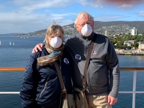 Kari og Arne Huse og 1500 andre ligger i krabbefart på cruise, på vei til Dubai. Korona-krisen har stoppet videre seiling, men de nyter fortsatt gode dager med luksusmåltider. Maske er ikke påbudt, men de har fått det utdelt.