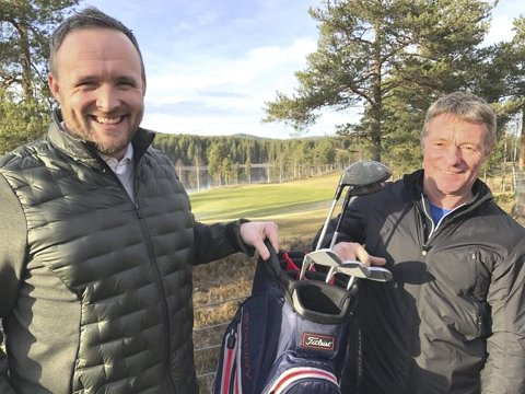 Daglig leder i Kongsvingers Golfklubb Daniel Larsson (til venstre) har godt håp om at Liermoen kan by på golf fra tidlig i mai. her sammen med golftrener Jan Strømsrud.
