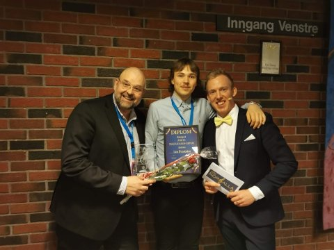 Frank Rognstad (f.v.) sammen med Anders Amb (konferansier) og Peder Mobakk Pedersen i Los Prostatas.