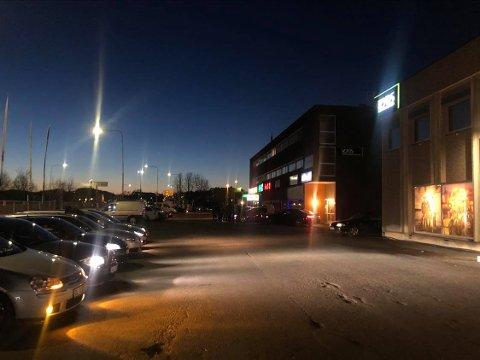 FULLT: Mange biler hadde tatt turen til Kjeller torsdag kveld.