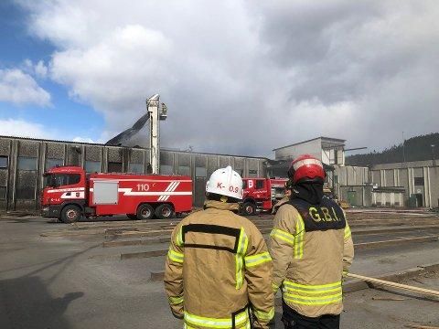 TOK AV TAKET: Mandag ettermiddag brant det på Brandval sag. For å komme til der hvor flammene herjet, måtte brannvesenet løfte av taket.