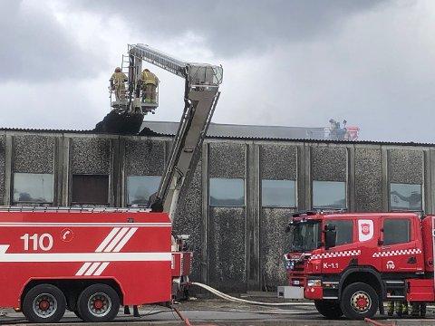 TAKET BLE ØDELAGT: Det så lenge dramatisk ut da det oppsto brann i taket på saghuset ved Bergene Holm avdeling Brandval mandag ettermiddag. Men brannmannskapene fra Kongsvinger og Grue klarte etter noen timer å få kontroll, og hindret dermed at brannen spredte seg.