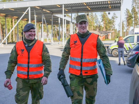 PÅ JOBB: Rikard Johansen (t.v.) fra Kongsvinger og TV-profil Erik Follestad passet på svenskegrensen etter at de nye koronareglene kom.