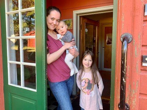 SAMMEN: Mamma Mariann Stenvold Løvbak og datteren Alexandra har dekorert huset sammen. Lille Dennis vil også ta i bruk huset etterhvert.