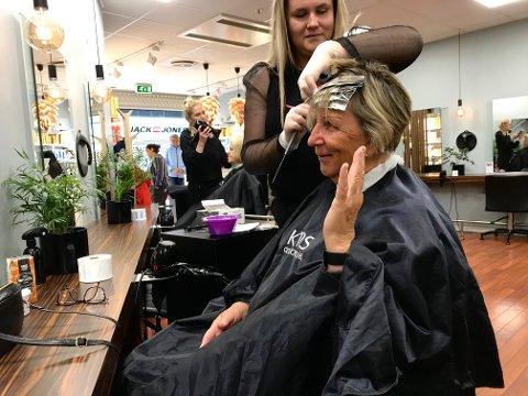 DEN FØRSTE KLIPPEN: – Nesten to måneder siden sist, sa Vivi-Ann Smogeli da  frisør Caroline Brattberget klippet og stripet håret hennes hos Hairport Kongssenteret mandag 27. april. Endelig er salongen åpen igjen.