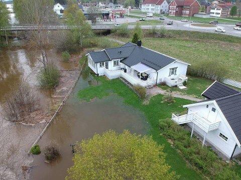 FLOM: Slik så det ut på eiendommen på Skarnes i 2018. Huseierne forteller at de hadde vann i kjelleren i ei hel uke.