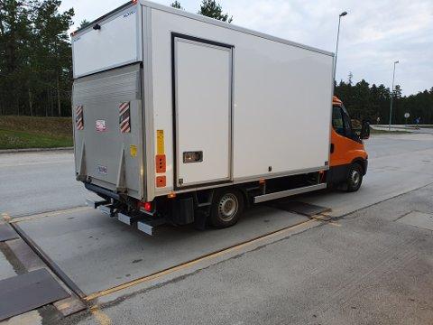 Denne alt for tunge varebilen ble hanket inn på Husum