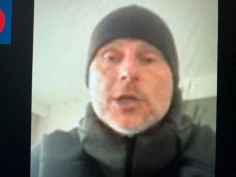 """PÅ VIDEOLINK: Ståle Solbakken sendte en video med oppfordring til Grue-supporterne om å støtte opp rundt """"Koronakampen""""."""