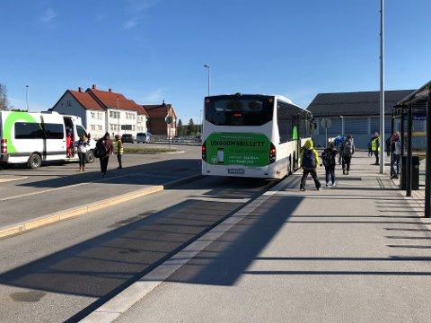 HALVERT: Med de nye smittevernreglene kan skolebussene bare ta med seg halvparten så mange elever som de kunne tidligere. Nå krever fylkeskommunen at Innlandstrafikk sikrer buss - for alle.