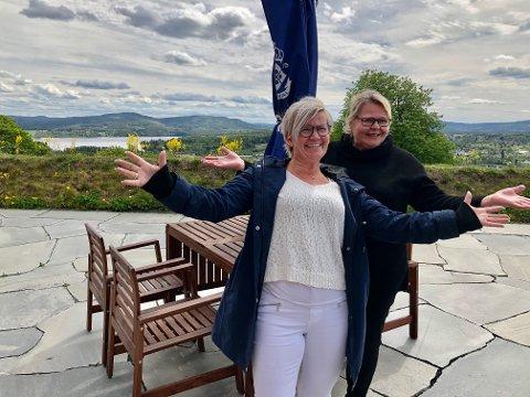 Velkommen! Direktør for Festningshotellene, Monica Grønvoll Aaen og ansvarlig for driften for hotellet og restauranten på Kongsvinger festning, Tone Strøm, ser fram til å få mange lokale gjester på uteserveringen i Kommandantens hage.