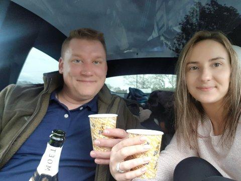Thomas Bertram Henriksen fridde til kjæresten Laura Nagobade på Atlanterhavsveien. Hun sa ja. Her feirer de med bobler i bilen.