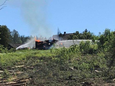 KONTROLLERT NEDBRENNING: Uthuset er overtent, og brannvesenet foretar nå en kontrollert nedbrenning av bygningen.