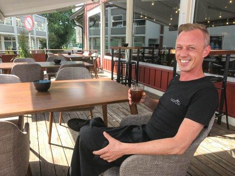 TILBAKE ETTER KORONAKRISEN: I 30 varmegrader og sol burde uteserveringen vært full. Thomas Karpow håper gjestene vender tilbake snart.