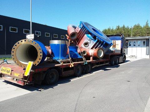 KJØREFORBUD: Lastsikringsutstyret på denne svenske spesialtransporten var skadet. Fører ble ilagt bruksforbud på kjøretøyet inntil forholdet var ordnet.