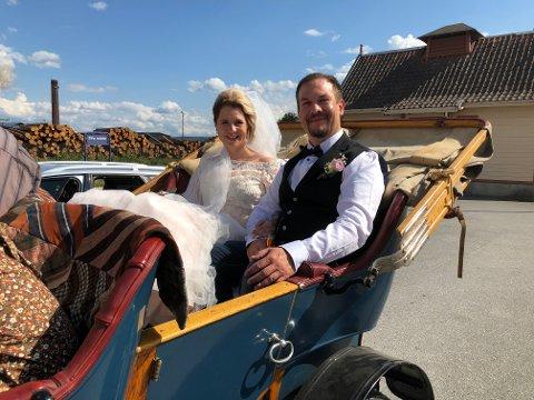 LITT AV EN DAG: For brudeparet Lill-Annie og Stian Velten Berg fra Tjura ble bryllupsdagen en overraskelse, til tross for all planlegging. Etter vielsen på Gruetunet fikk paret tilbud om å bli kjørt i den 112 år gamle Humber Coventry bilen. Midt i St. Hansfesten på Kirkenær stjal brudeparet showet da tidsboblen kom rullende gjennom sentrum.