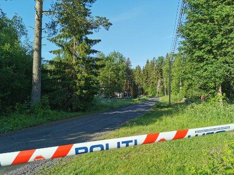 ETTERFORSKNING: Politiet hadde satt opp sperringer, og drev med etterforskning tirsdag morgen.