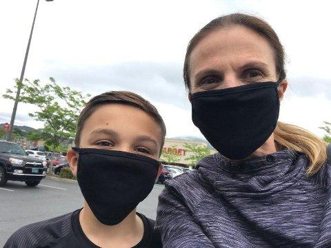 MÅ BRUKE MASKE: Ringnes forteller at nesten hver eneste reklame på amerikansk TV spiller på «koronafrykt.» – Jeg føler meg absolutt trygg til tross for hvordan det rapporteres om smitten og landets tilstand generelt i mediene, sier Jenny Ringnes. Her sammen med sønnen iført sorte stoffmasker.
