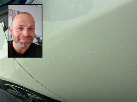 RIPE I LAKKEN: Da André Skjerpen skulle på jobb i dag tidlig, fant han bilen sin slik - med en stor ripe fra framskjerm til bakskjerm.